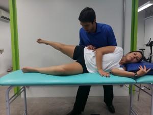 Straigth Leg Raise Lateral – Focado nos músculos abdutores do quadril – Glúteo Médio. Deitado de lado com aperna de baixo dobrada e a de cima esticada e um pouco para trás, levantar e abaixar a perna de cima. Repetir 3 séries x 15 repetições.